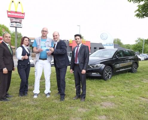 v.l.: Ercan Horoz, Autohaus Schulze, Zeynep Dogan, Restaurant-Managerin Wunstorf, Gewinner Sascha Uhlig, Geschäftsführer David Ehmann und Neco Horoz, Autohaus Schulze.